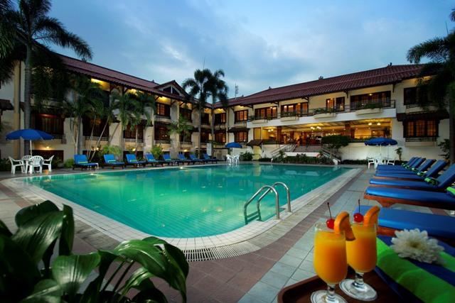 Yogyakarta plaza hotel rondreis java vakantie original asia for Jogja plaza hotel swimming pool